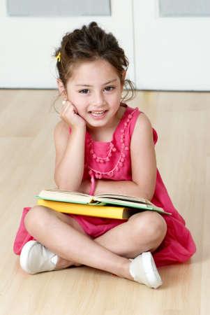 preschooler z książki Zdjęcie Seryjne