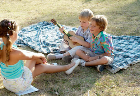 serenata: Boys ejecuci�n de una serenata a la ni�a en el parque de Foto de archivo