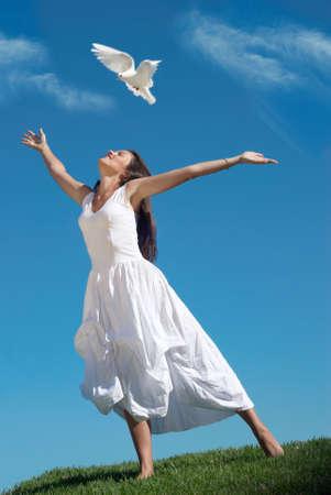 Kobieta szczęśliwy, zwalniajÄ…c GoÅ'Ä…b w przestrzeni powietrznej Zdjęcie Seryjne