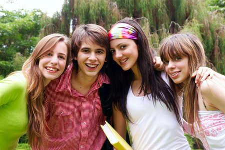 Portret wszystkiego najlepszego z okazji młodych studentów w parku Zdjęcie Seryjne