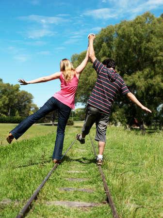 MÅ'ode pary idÄ…c wzdÅ'uż linii kolejowych Zdjęcie Seryjne