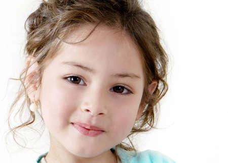 jolie petite fille: fillette heureuse sur fond blanc