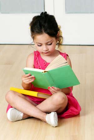 niños en edad preescolar con libro