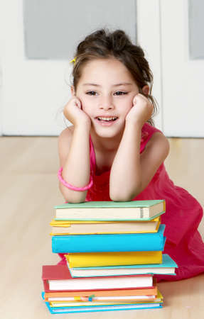 Portret preschooler z książki przedszkole
