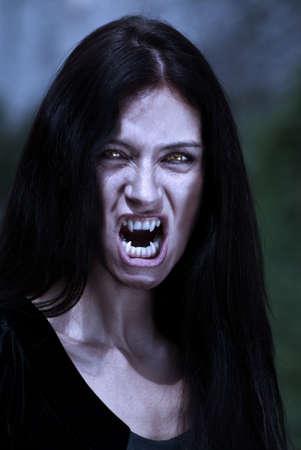 dientes sucios: Vampiro de retrato en una luz de la Luna  Foto de archivo