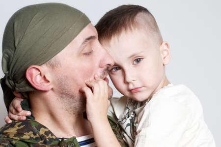 Smutna scena Pożegnanie z synem do ojca pozostawiajÄ…c na sÅ'użby wojskowej Zdjęcie Seryjne