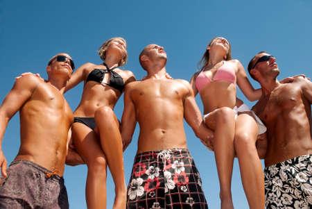 Najlepsi przyjaciele posiadajÄ…ce laugh na plaży  Zdjęcie Seryjne