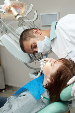 dolor  de diente: Tratamiento m�dico en la Oficina de dentista  Foto de archivo