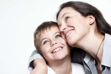 mamma e figlio: Felice madre con il figlio isolato su sfondo chiaro Archivio Fotografico