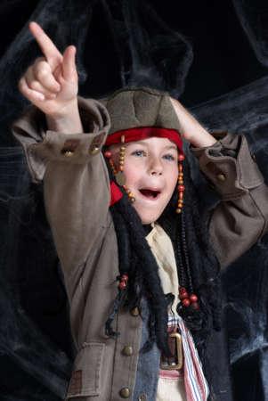 scoundrel: Little boy indossando pirate costume Archivio Fotografico