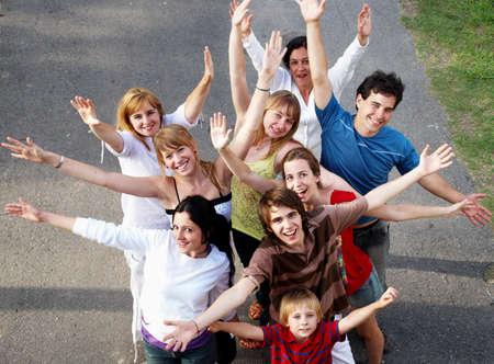 szczęśliwych uśmiechniętych ludzi na zewnątrz w parku