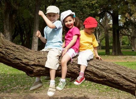 Grupa dzieci w parku