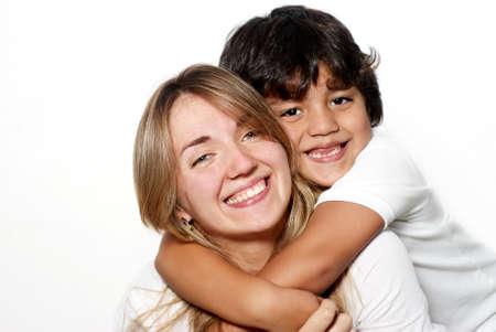 madre soltera: Madre con el hijo aislado sobre fondo blanco Foto de archivo