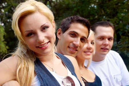 adolescencia: Retrato joven en el parque con los amigos