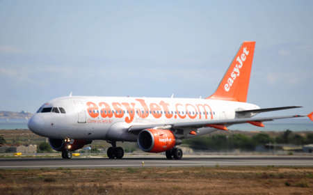 easy jet airbus taking the first aproximation to the airport terminal of Alicante, 30th September 2.012 Stock Photo - 15485244