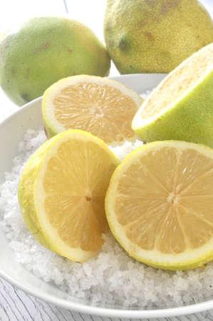 jus de citron: de jus de citron coupe citrons pr�paration pour obtenir un jus
