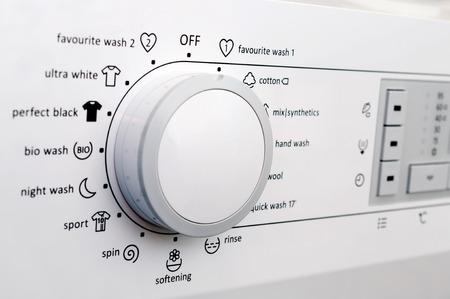 Close-up van een wasmachine wijzerplaat en knoppen