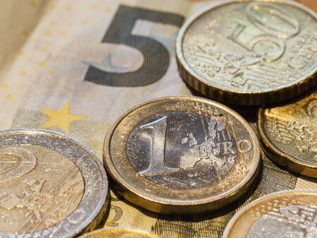 billets euros: Gros plan des pi�ces et billets en euro Banque d'images