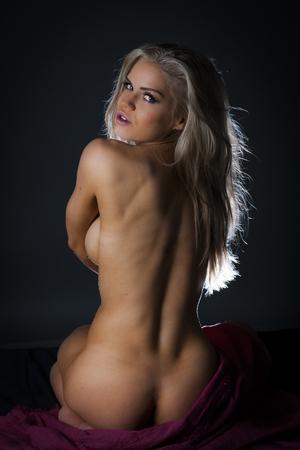 Joven mujer desnuda en estudio