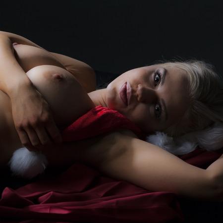 pechos: Joven mujer desnuda en estudio