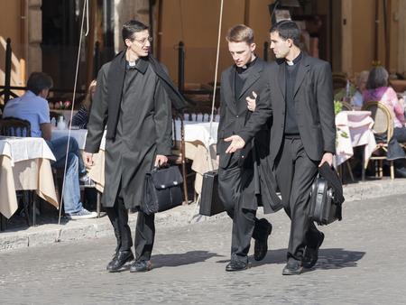 sacerdote: Tres sacerdotes cat�licos en Piazza Navona, Roma