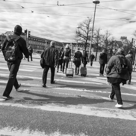 senda peatonal: Peatones en el paso de peatones en Helsinki