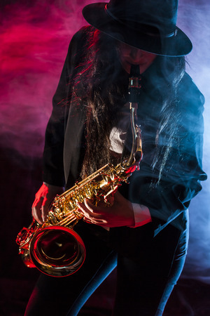 saxof�n: Se�ora joven con su saxof�n