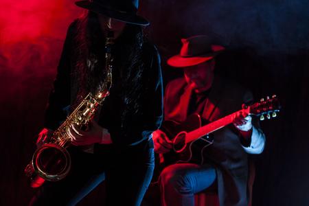 saxofón: Saxofonista Señora joven con un guitarrista