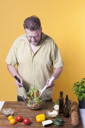 adult male: Maschio adulto fare un insalata
