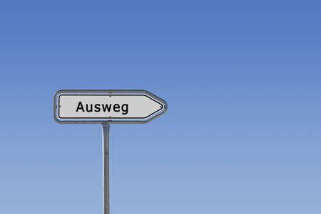 Ein Schild, Hinweisschild und Wegweiser, auf dem Ausweg steht, freigestellt vor blauem Himmel Farbverlauf.