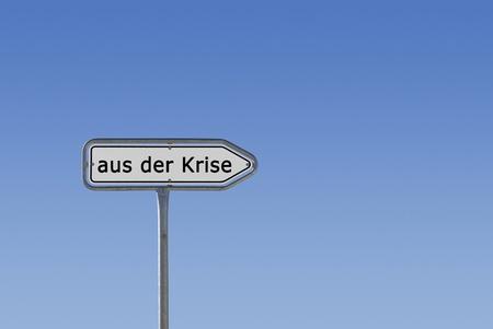 Ein Schild, Hinweisschild und Wegweiser, auf dem aus der Krise steht, freigestellt vor blauem Himmel Farbverlauf.