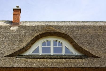 Een riet bedekte dak van een woongebouw als typisch als in Noord-Duitsland en het Duitse Oostzeegebied. Stockfoto
