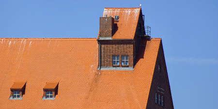Dach eines typischen hanseatischen Hafenspeichers im Hafen der Hansestadt Stralsund.
