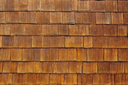 Houten shingles gerangschikt als schubben een uitstekende achtergrond Stockfoto