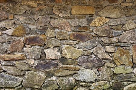 Een oude stenen muur is een uitstekende achtergrond