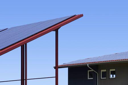 Zonnecollectoren op het dak te maken een kleine zonne-energie centrale Stockfoto
