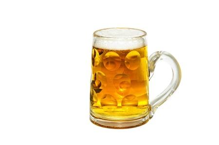 Sommige Duitse bierglas, vers gevuld en op wit wordt geïsoleerd Stockfoto