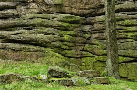 Vorming van granieten rotsen naast de weg van St James in het Konigshainer Berge Bergen, Duitsland