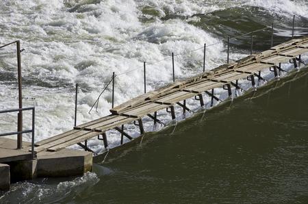 Weir, dam, dam, waterval in een beek.