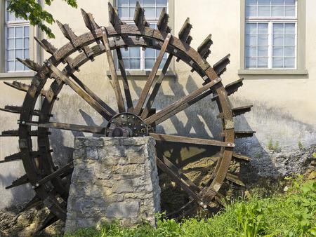 molino de agua: Rueda de agua del antiguo molino de agua en las cataratas del Rin, Schaffhausen, Suiza. Foto de archivo
