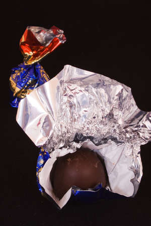 confect: cioccolato caramelle in dotazione su velluto nero  Archivio Fotografico