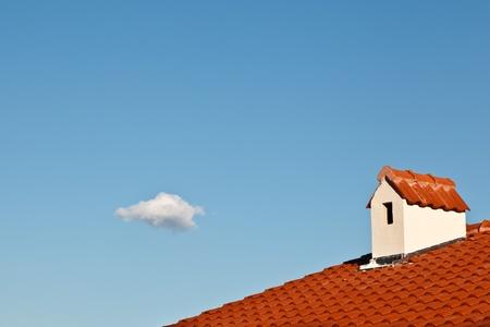 dormer: Nube Hermosa y buhardilla con techo de tejas rojas