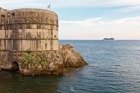 bandera de croacia: Crucero acercarse a muros de la ciudad de Dubrovnik, Croacia Foto de archivo