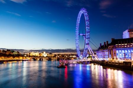 London Eye y el paisaje urbano de Londres en la noche, Reino Unido