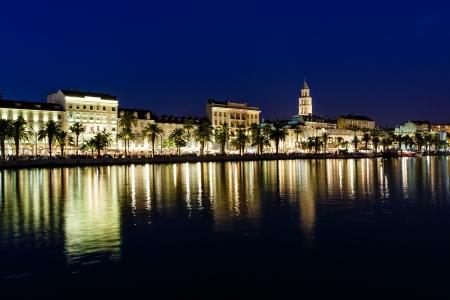 Panorama del casco antiguo de Split, en la noche, Croacia