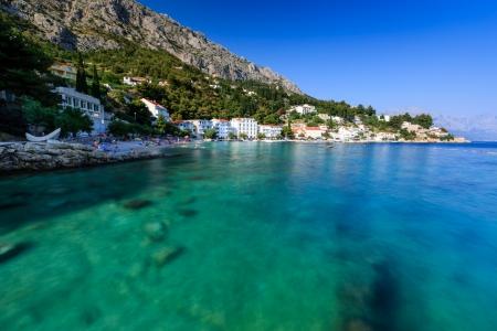 paisaje mediterraneo: Playa Hermosa y transparente mar turquesa Adriático, cerca de Split, Croacia