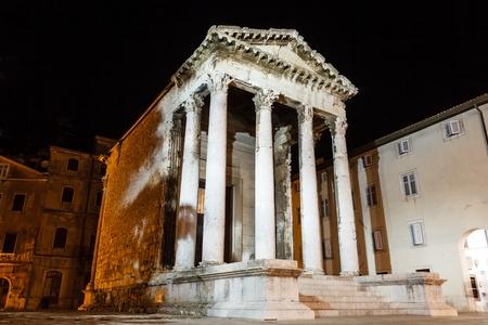 templo romano: Romano antiguo templo de Augusto en Pula en la noche, Croacia