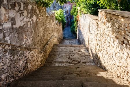 狭い通りやクロアチア、プーラの階段 写真素材