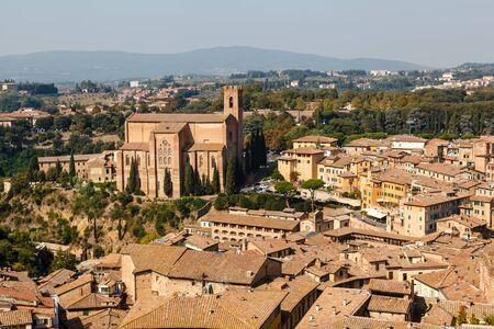 edad media: Vista aérea de tejados y casas de Siena, Toscana, Italia