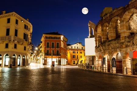 roman amphitheatre: Luna Llena por encima de Piazza Bra y el anfiteatro romano antiguo en Verona, Italia